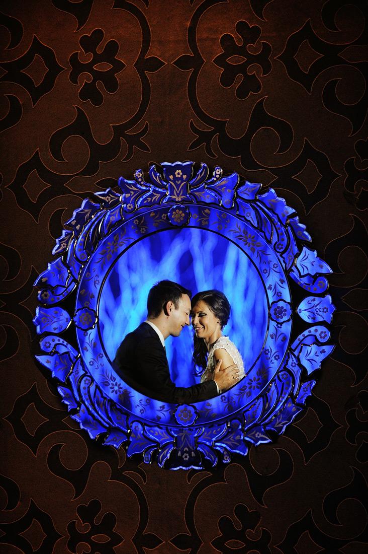 Foto de Sonho Casamento Coconuts Cascais Joana e Bruno Retrato reflexo espeho azul sobre parede textura dourado escuro